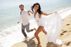 Os pares à moda bonitos apenas casaram, têm o escape em Grécia nas horas de verão, dia ensolarado perfeito foto de stock