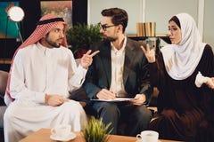 Os pares árabes na recepção do terapeuta discutem fotos de stock royalty free