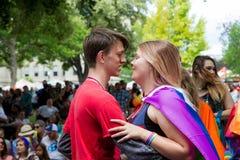 Os pares abraçam porque estão a ponto de beijar Fotografia de Stock