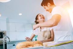 Os pares adolescentes asiáticos estão ajudando a fazer o jantar Fotografia de Stock Royalty Free