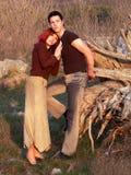 Os pares adolescentes românticos prestam atenção ao por do sol imagens de stock royalty free