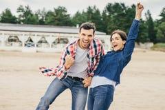 Os pares alegres têm o divertimento Imagem de Stock