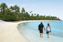 Os pares andam em uma ilha do pé no cozinheiro Islands da lagoa de Aitutaki Imagens de Stock