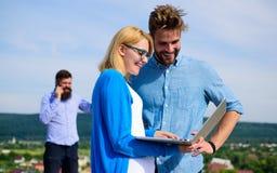 Os pares apreciam a chamada video com conexão a Internet perfeita equipam pelo contrário no fundo insatisfeito com seu operador m Fotos de Stock Royalty Free