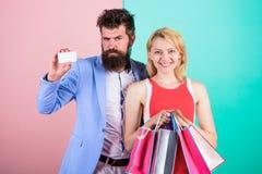 Os pares apreciam comprar E Peça que o homem compre presentes dos lotes fotos de stock royalty free