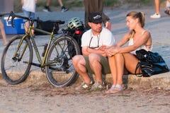 Os pares apreciam horas de verão na praia Vancôver Canadá do kitasilano fotografia de stock