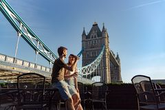 Os pares apreciam a ponte seguinte da torre do por do sol imagens de stock