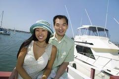 Os pares aproximam o iate no porto Fotografia de Stock Royalty Free