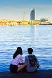 Os pares aproximam o porto Vell Barcelona, Catalonia, Spain Imagens de Stock Royalty Free