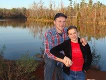 Os pares aproximam um lago Fotografia de Stock Royalty Free