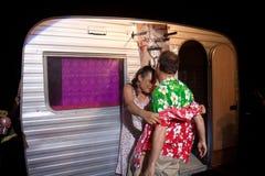Os pares aproximam uma caravana Imagem de Stock Royalty Free