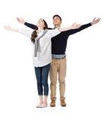 Os pares asiáticos abrem os braços sentem livre Imagem de Stock Royalty Free