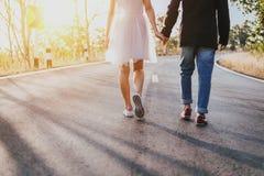 Os pares asiáticos amam andar na rua, caras irreconhecíveis imagem de stock royalty free