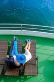 Os pares beijam no navio de cruzeiros Foto de Stock Royalty Free
