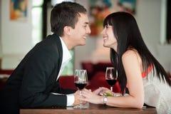 Os pares beijam sobre a refeição fotos de stock royalty free