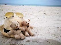 Os pares bonitos carregam na praia branca da areia com chapéu e os vidros de sol em Hua Hin encalham, artigo e acessórios para fé fotos de stock