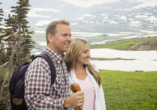 Os pares bonitos em uma montanha caminham junto fotografia de stock royalty free