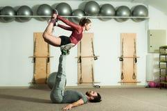 Os pares bonitos novos da aptidão malham o exercício acrobático extremo como a preparação para a competição, foco seletivo fotografia de stock royalty free