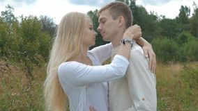 Os pares bonitos novos estão indo encontrar-se Abraçam e beijam maciamente vídeos de arquivo