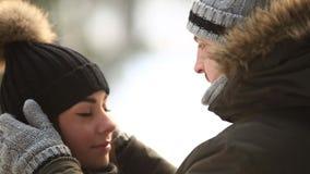 Os pares bonitos passaram o tempo no parque Abraçam-se Tempo nevado video estoque