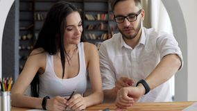Os pares bonitos utilizam o relógio esperto video estoque