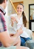 Os pares comunica-se-rem quando cartões de jogo fotos de stock