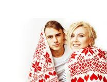 Os pares consideravelmente adolescentes dos jovens no Natal cronometram o aquecimento em dezembro vermelho Foto de Stock