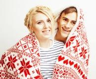 Os pares consideravelmente adolescentes dos jovens no Natal cronometram o aquecimento em dezembro vermelho fotos de stock