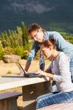 Os pares corrigem o plano de uma rota da viagem das férias e de hotéis do registro Foto de Stock Royalty Free