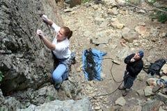 Os pares da escalada de rocha têm o divertimento Fotos de Stock Royalty Free