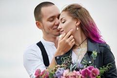 Os pares de amor do dia de Valentim em abraços e beijos da natureza, homem e mulher amam-se Montanhas do cappadocia no peru imagens de stock