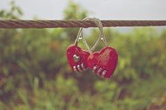 Os pares de cadeado vermelho com água deixam cair no estilo do vintage Imagem de Stock Royalty Free