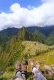Os pares de caminhantes que descansam em Machu Picchu negligenciam no Peru imagens de stock royalty free