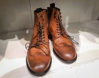Os pares de close up marrom à moda das botas de couro dispararam Laços, fundo branco imagens de stock royalty free