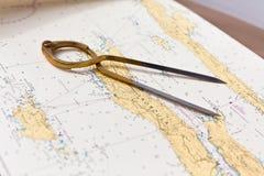 Os pares de compassos para a navegação em um mar traçam Foto de Stock