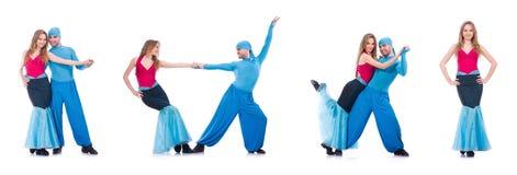 Os pares de dançarinos que dançam a dança moderna isolada no branco Fotografia de Stock Royalty Free