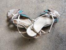 Os pares de elevação velha colocaram saltos para sapatas da mulher, couro riscado Imagem de Stock Royalty Free