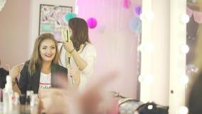 Os pares de estilista bonito novo do cabeleireiro das mulheres modelam a dança que prepara-se para a celebração do partido que fa filme