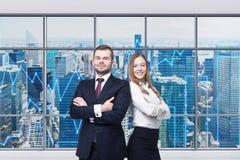 Os pares de gerentes novos estão estando no escritório panorâmico moderno Opinião de New York As cartas financeiras são tiradas s fotografia de stock royalty free