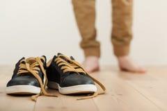 Os pares de limpo atam acima as sapatilhas no assoalho Imagem de Stock