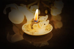 Os pares de mini vela bonita pintaram o elefante iluminado entre a obscuridade Fotografia de Stock Royalty Free