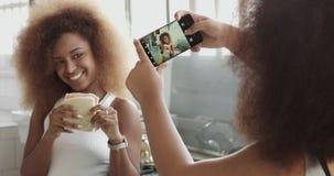 Os pares de mulher têm o divertimento fazendo fotos para meios sociais e têm o divertimento que levanta com sanduíche vídeos de arquivo