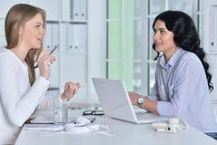 Os pares de mulheres estão trabalhando no escritório Imagem de Stock Royalty Free