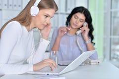 Os pares de mulheres estão trabalhando no escritório Imagens de Stock
