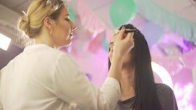 Os pares de mulheres louras morenos bonitas novas compõem a dança do modelo do estilista do artista que prepara-se para a celebra vídeos de arquivo