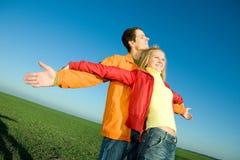Os pares de sorriso felizes voam no céu Imagem de Stock