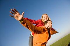 Os pares de sorriso felizes voam no céu Fotos de Stock Royalty Free