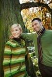 Pares de sorriso na caminhada do outono Imagens de Stock Royalty Free