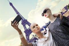 Os pares de turistas dos manequins tomam um selfie imagem de stock