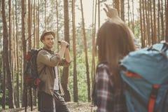 Os pares de turistas estão andando na floresta fotos de stock royalty free